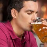 Рис. 5. Чрезмерное употребление алкоголя приводит к повреждению ногтевых пластин, из-за чего они выглядят нездоровыми.